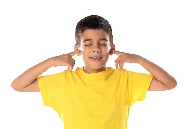 Adorável garoto latino usando uma camiseta amarela isolada em um fundo branco