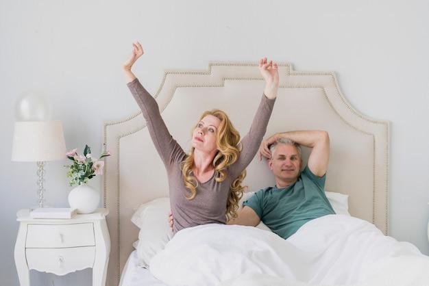 Adorável homem idoso e mulher na cama