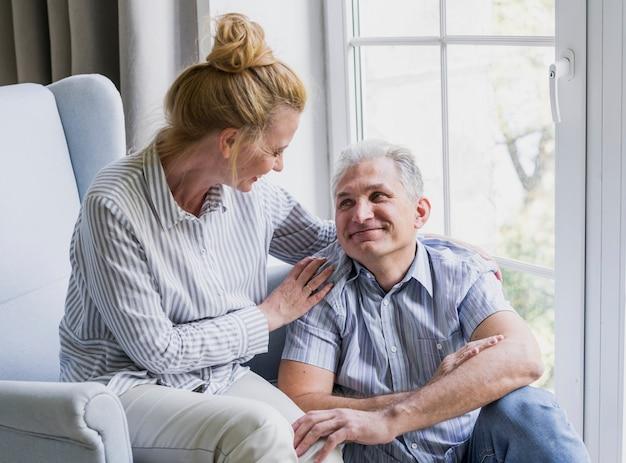 Adorável homem sênior e mulher dentro de casa