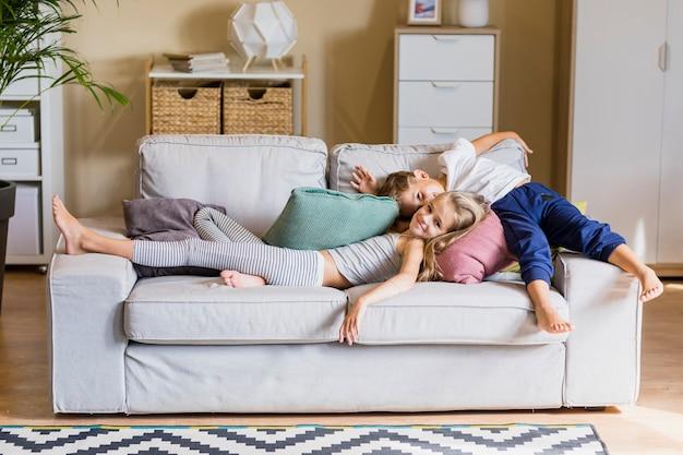 Adorável irmão e irmã na sala de estar