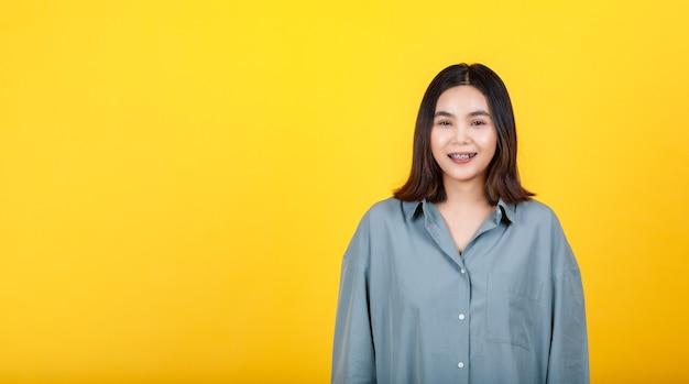 Adorável jovem asiática em pé direto para brincar de retrato recortado animado da moda feminina casual e sorrindo para engraçado sobre vestido solto de camisa de manga comprida para informal e fácil de usar