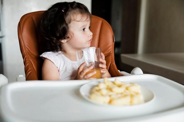 Adorável jovem bebendo suco