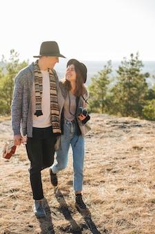 Adorável jovem casal ao ar livre