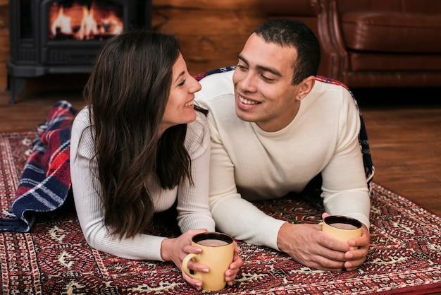 Adorável jovem casal apaixonado