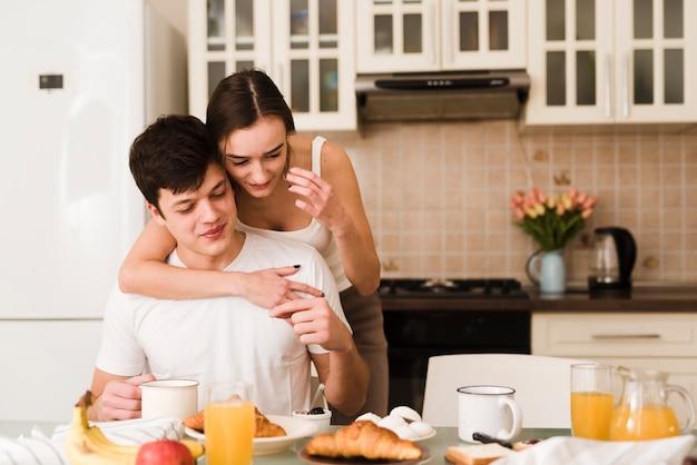 Adorável jovem casal junto na cozinha