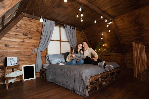 Adorável jovem casal na cama