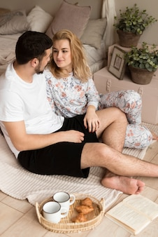 Adorável jovem casal tomando café juntos