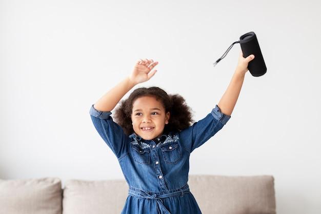 Adorável jovem dançando em casa