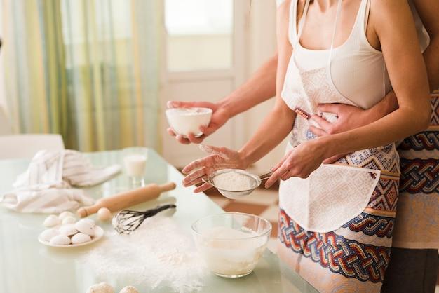 Adorável jovem e mulher cozinhando juntos