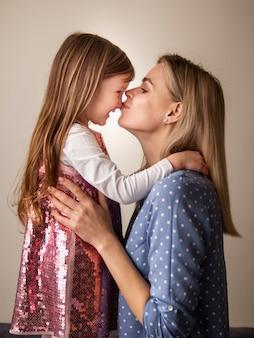Adorável jovem garota e mãe junto