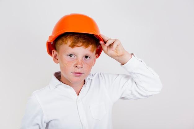 Adorável jovem garoto com capacete
