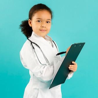 Adorável jovem médico escrevendo close-up