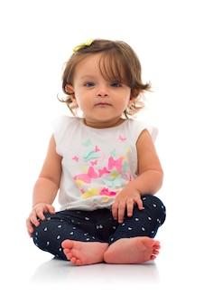 Adorável jovem sentada no chão