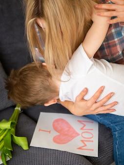 Adorável loira mãe e filho brincando juntos