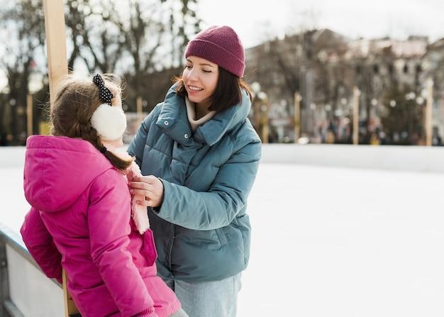 Adorável mãe e filha ao ar livre