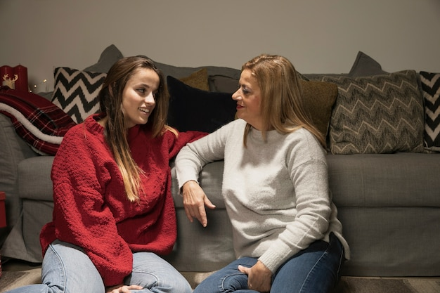 Adorável mãe e filha de ligação
