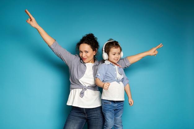Adorável mãe e filha usando fones de ouvido