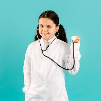 Adorável médico posando com estetoscópio