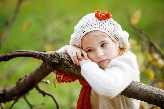 Adorável menina ao ar livre em lindo dia de outono na floresta. atividades de outono para crianças.