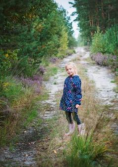 Adorável menina caminhando na floresta