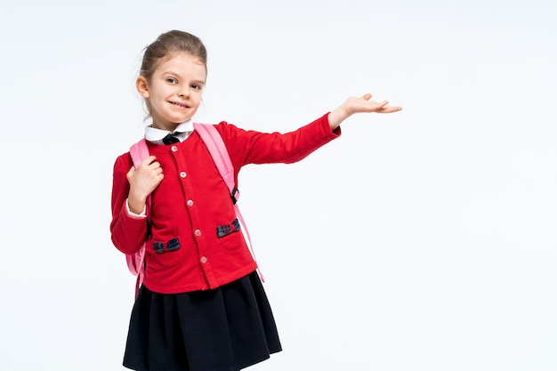 Adorável menina com jaqueta vermelha na mochila de vestido preto