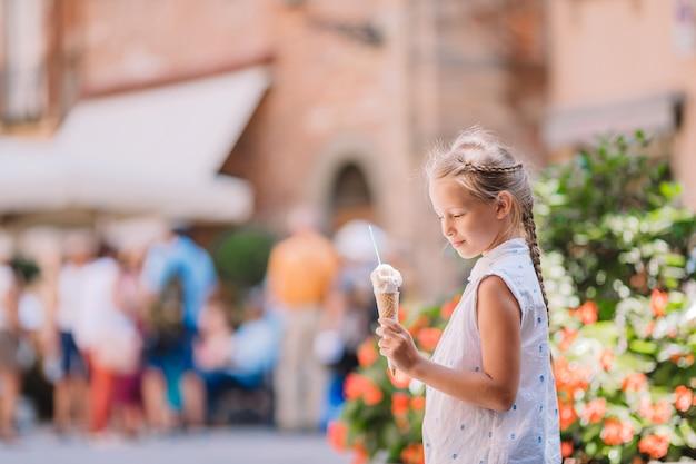 Adorável menina comendo sorvete
