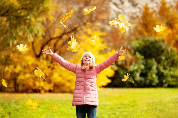 Adorável menina e menino ao ar livre no lindo dia de outono
