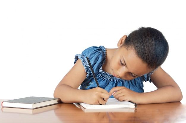 Adorável menina estudando na escola um fundo branco