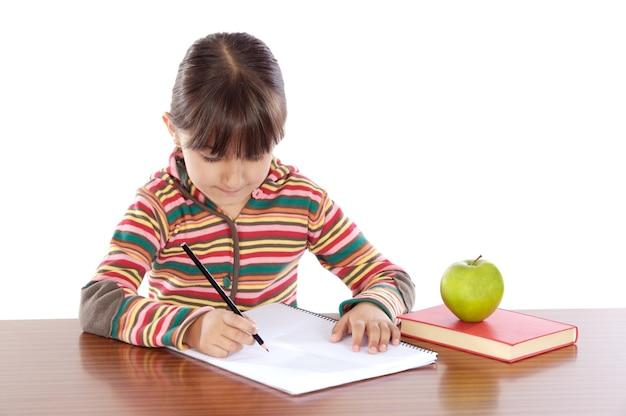 Adorável menina estudando um over branco fundo