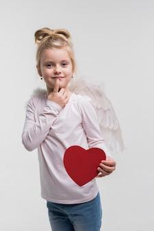 Adorável menina fantasiada de anjo