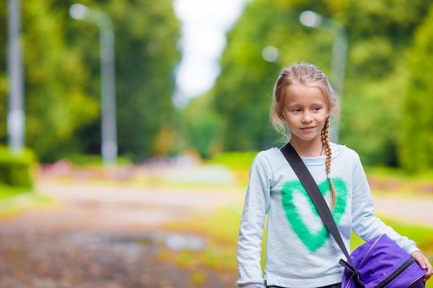 Adorável menina indo para a academia com sua bolsa de esportes