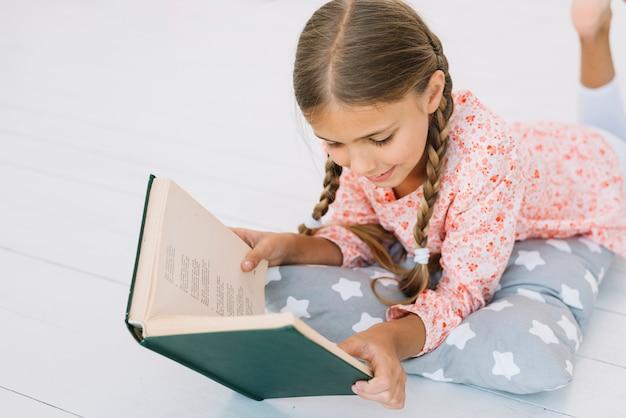 Adorável menina lendo um livro