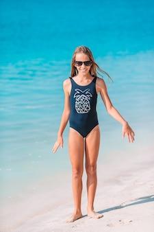 Adorável menina na praia durante as férias de verão