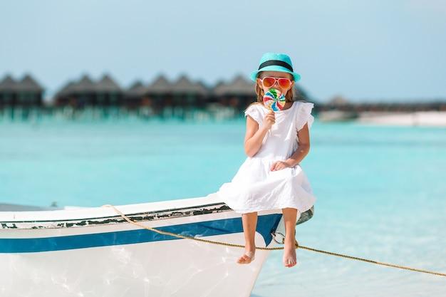 Adorável menina no barco durante as férias de verão