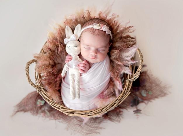 Adorável menina recém-nascida descansando na cesta