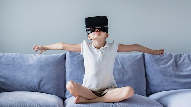 Adorável menina se divertindo com óculos de realidade virtual