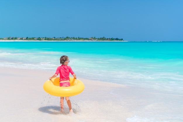 Adorável menina se divertindo na praia