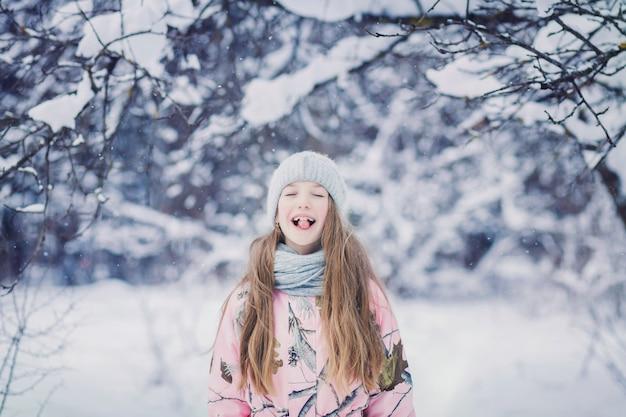 Adorável menina se divertindo