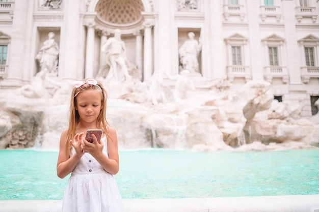 Adorável menina trevi fountain, roma, itália,