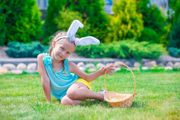 Adorável menina usando orelhas de coelho na páscoa