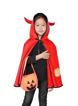 Adorável menina vestida com fantasia de halloween
