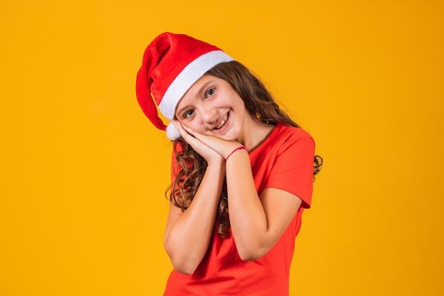 Adorável menina vestida com roupa de natal