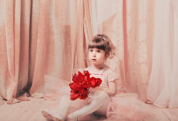 Adorável menina vestida como uma bailarina em um tutu indoor
