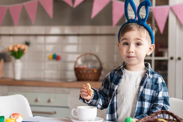 Adorável menino com orelhas de coelho posando