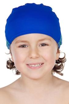 Adorável menino com um tampão de nadador sobre fundo branco