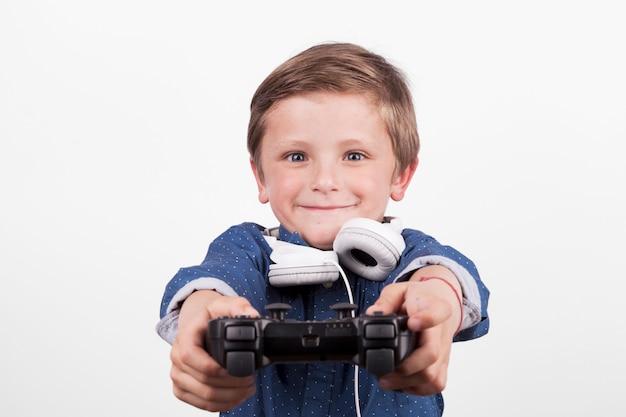 Adorável menino jogando videogame