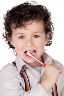 Adorável menino limpando os dentes