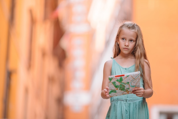 Adorável moda menina ao ar livre na cidade europeia de roma
