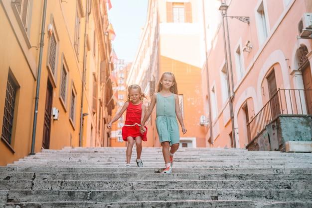 Adorável moda meninas ao ar livre na cidade europeia