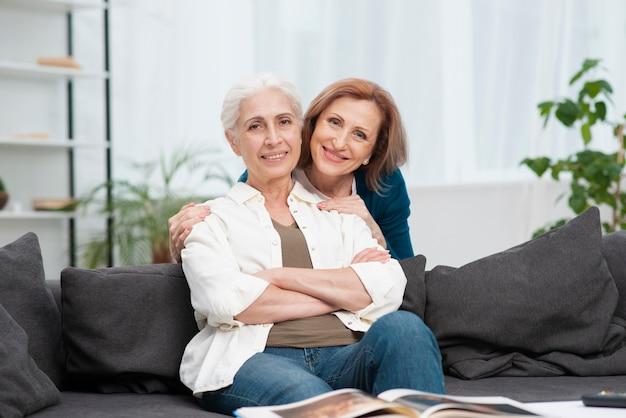Adorável mulher idosa sorrindo